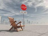 Sedia in legno e un segnale di stop