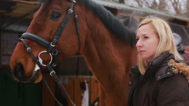 Lány karcolás ecset lovát