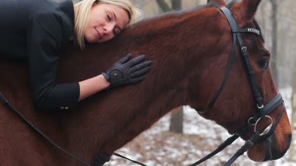 hezká žena pózuje na koni