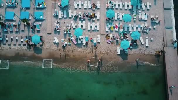 A strandon, ahol nyugágyakat Utcarészlet.