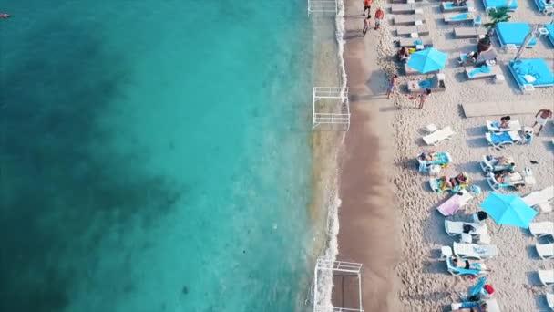 Letecký pohled na pláž lehátka.