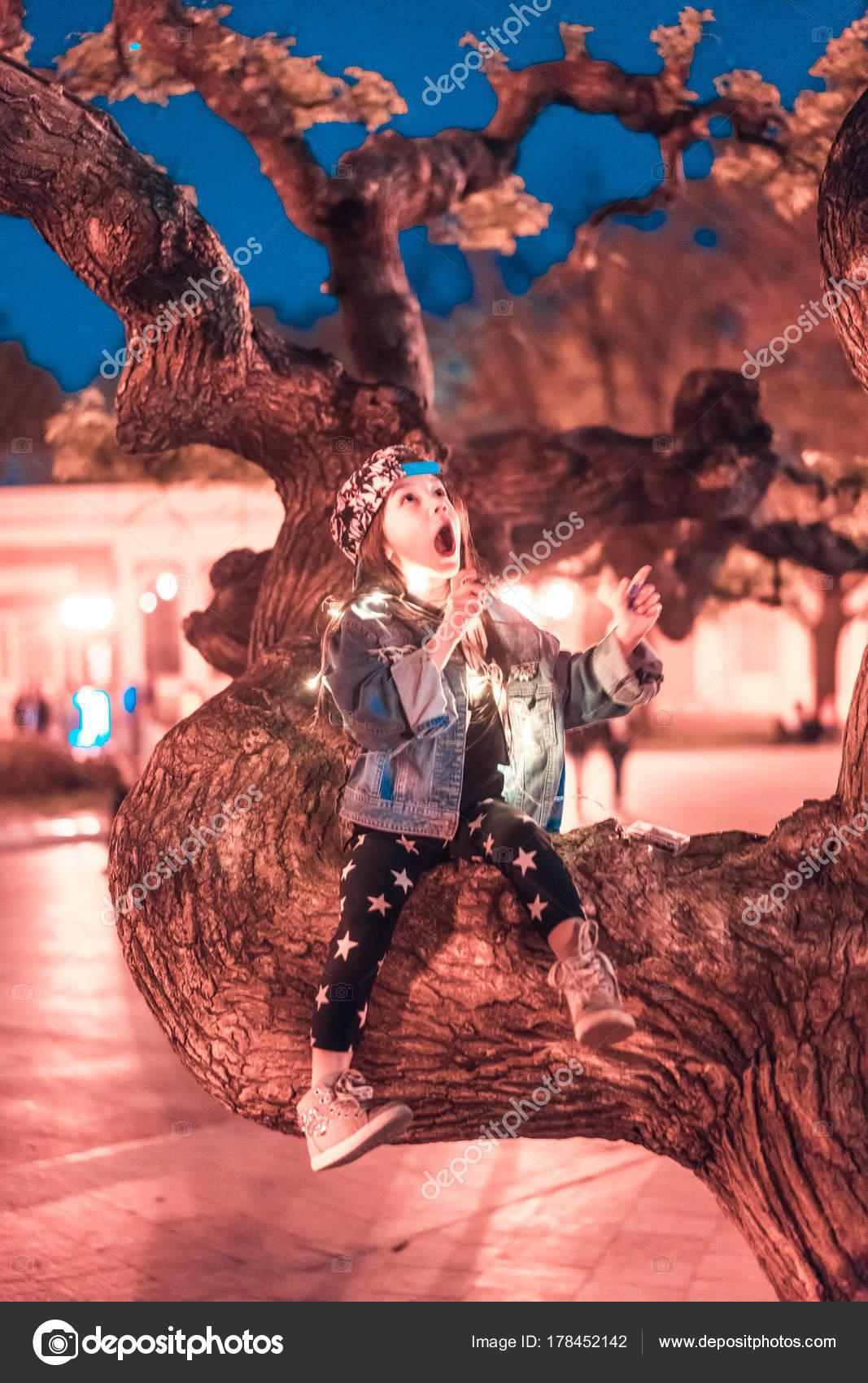 Bir Ağaç Dalı üzerinde Oturan Okul öncesi Kız Stok Foto