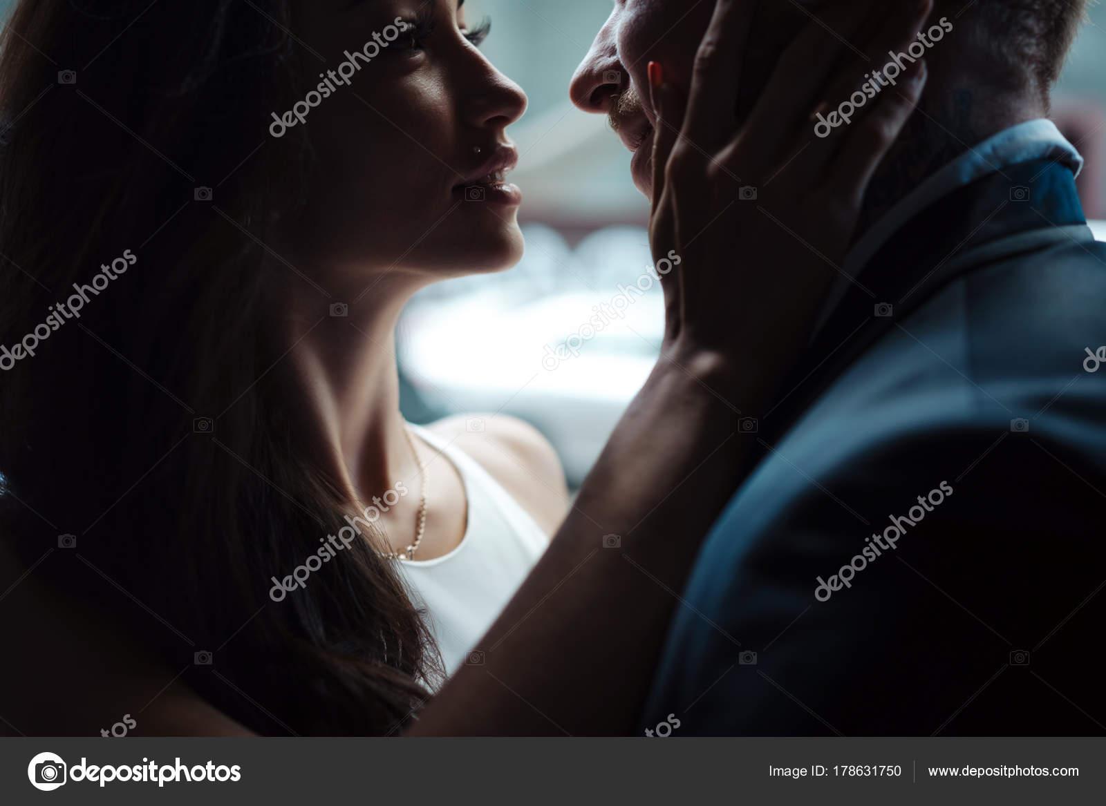 paar posiert im Türrahmen — Stockfoto © simbiothy #178631750