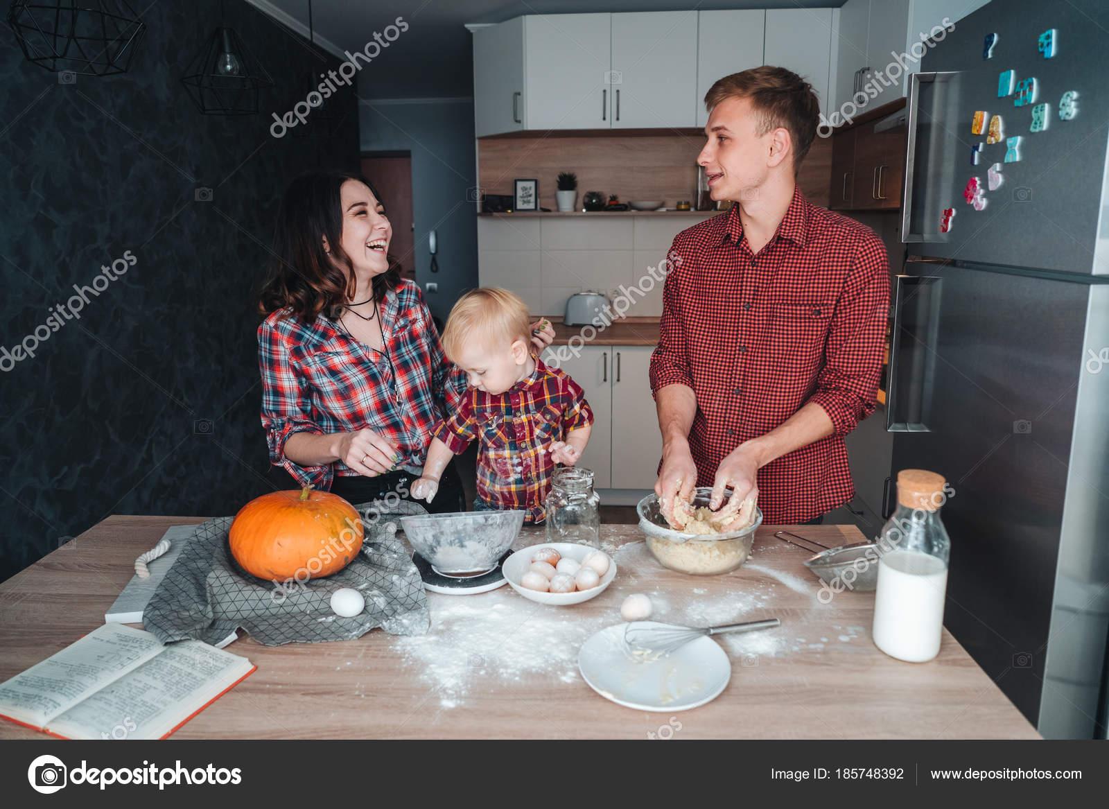 Сын трахнув маму в попу на кухни, Сын ебет маму в жопу на кухне - порно видео онлайн 14 фотография