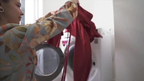 Junge schöne Mädchen schaut auf die Qualität des Waschens