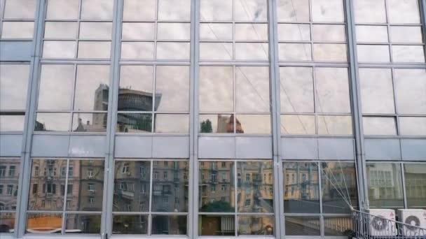 Pouliční odraz na fasádě ze skleněných ocelí