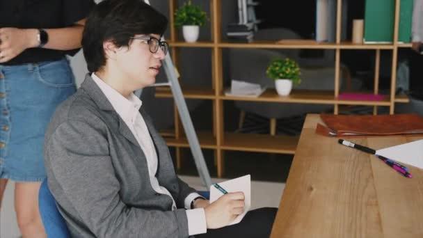 Üzletember teszi egy Megjegyzés: Vértes notebook. Szemközti nézet másol hely