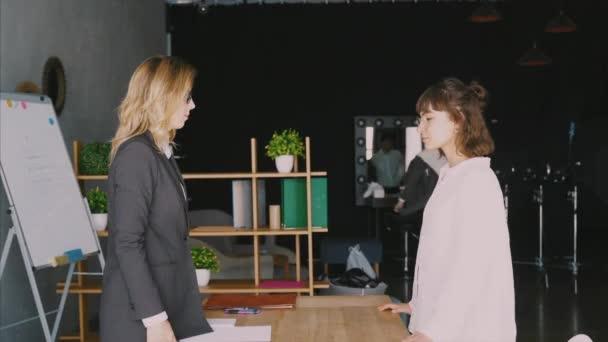 Dvou podnikatelky potřesení rukou v úřadu