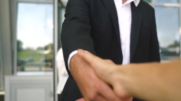 Přátelský muž podá ruku na utěsnění dohody