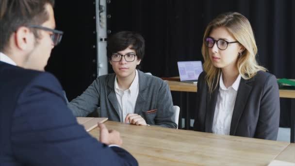 Podnikatelé s digitálním tabletu mají schůzku v úřadu