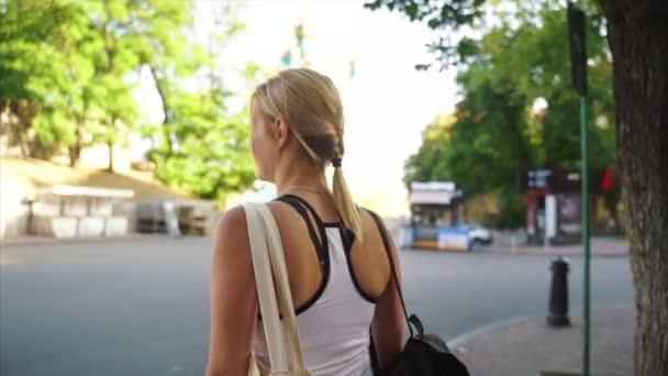 Красивая девушка со спортивным телом гуляет на улице