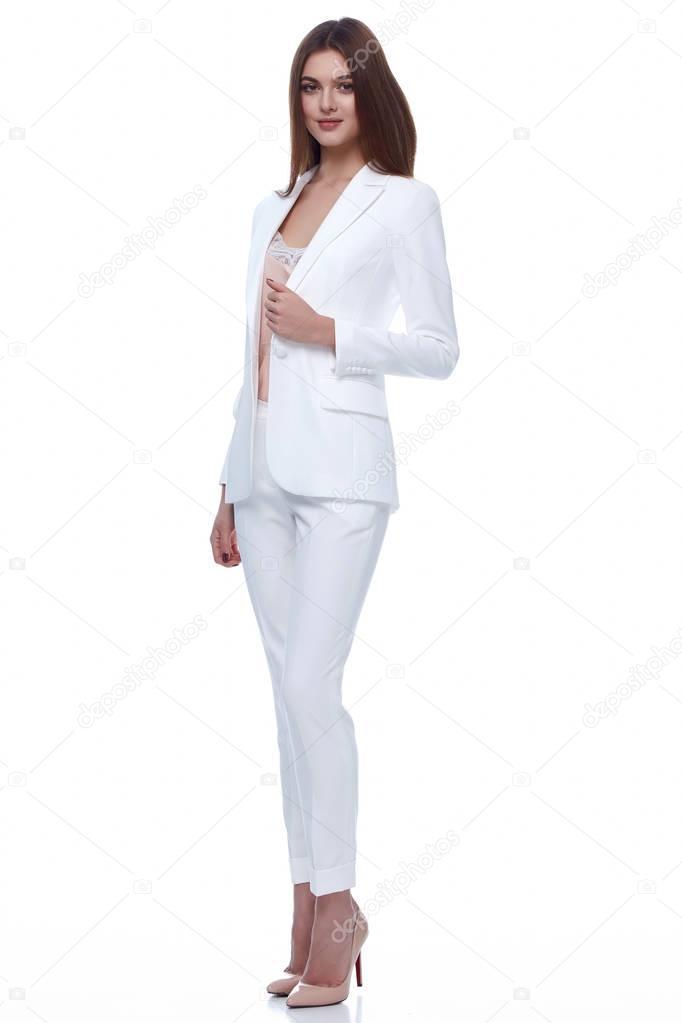 fdd32652dab8 Mujer elegante sexy belleza natural moda estilo ropa traje formal casual  dama en pantalones de chaqueta blanca seda romántica reunión fecha  pantalones y ...