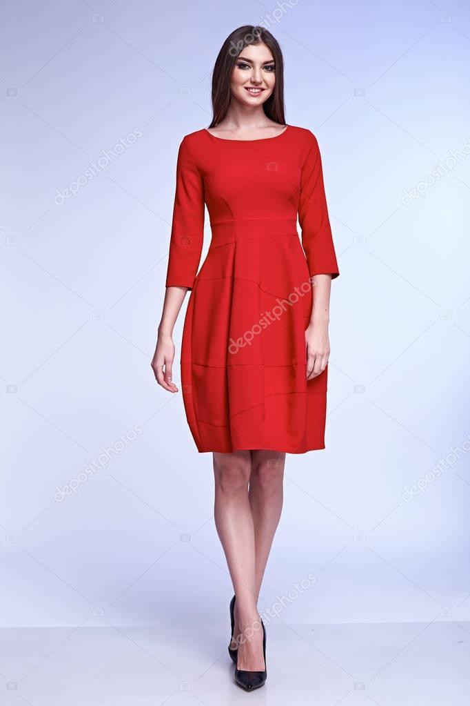 b093ec587 Moda elegante glamour modelo pose para el catálogo de negocios ropa mujer  desgaste oficina código de vestido rojo estilo para reuniones y casuales  pelo ...