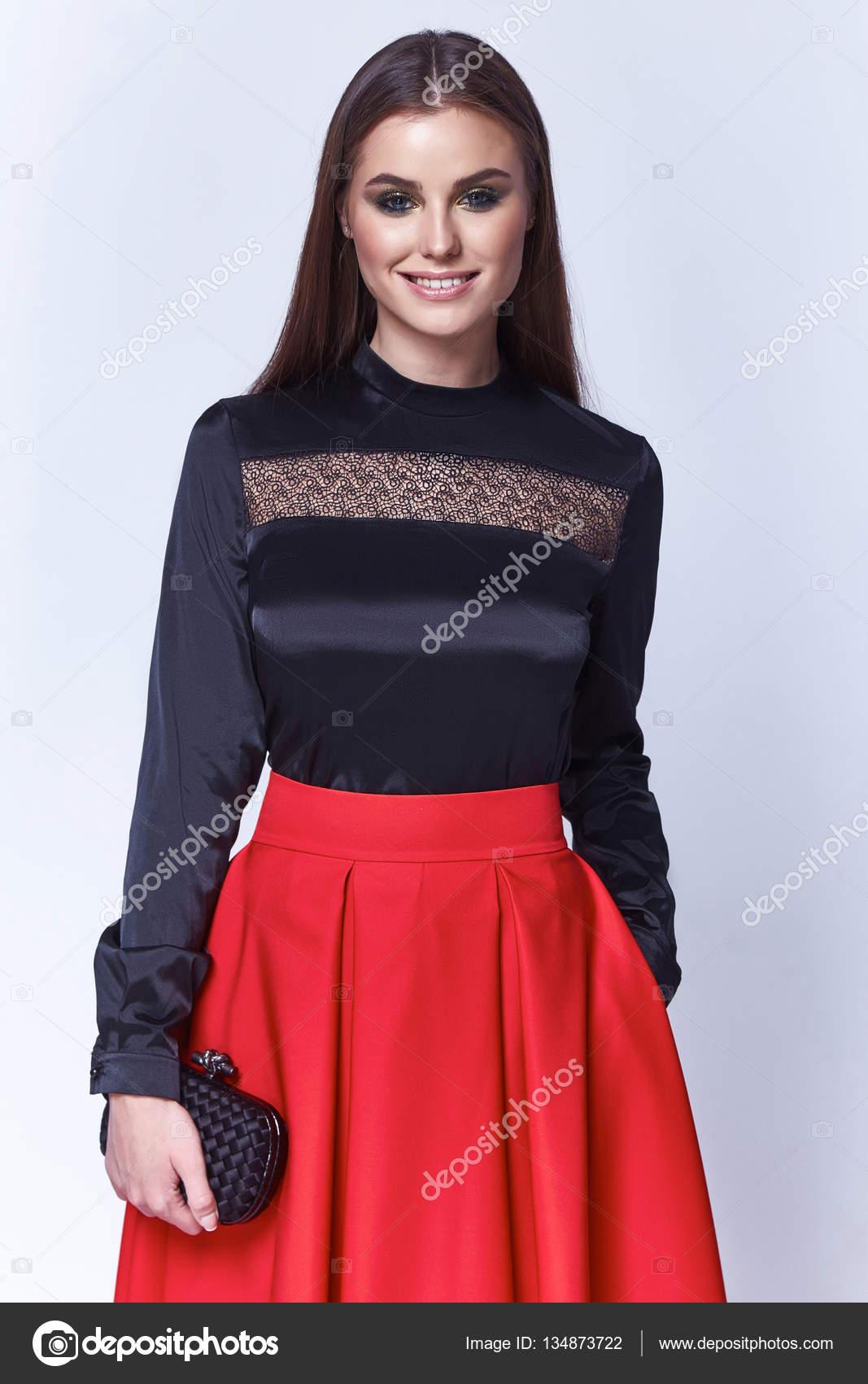 2854ba07a4 Hermosa mujer primavera otoño Colección Glamour modelo negocio oficina moda  ropa de Dama vestir casual estilo blusa de seda roja falda larga negro cara  ...