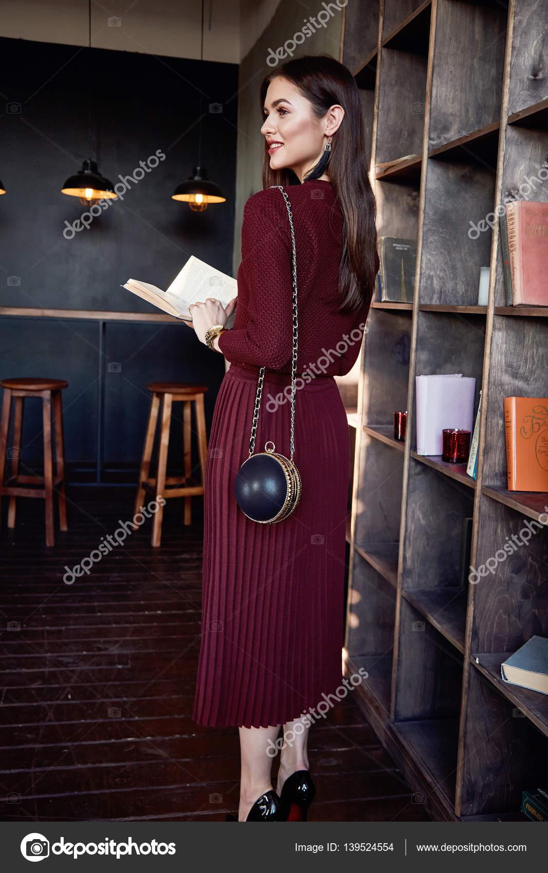 Жінка бізнес леді носити червоний вовни плаття костюм моди стиль– стокове  зображення 8743a67a22f42