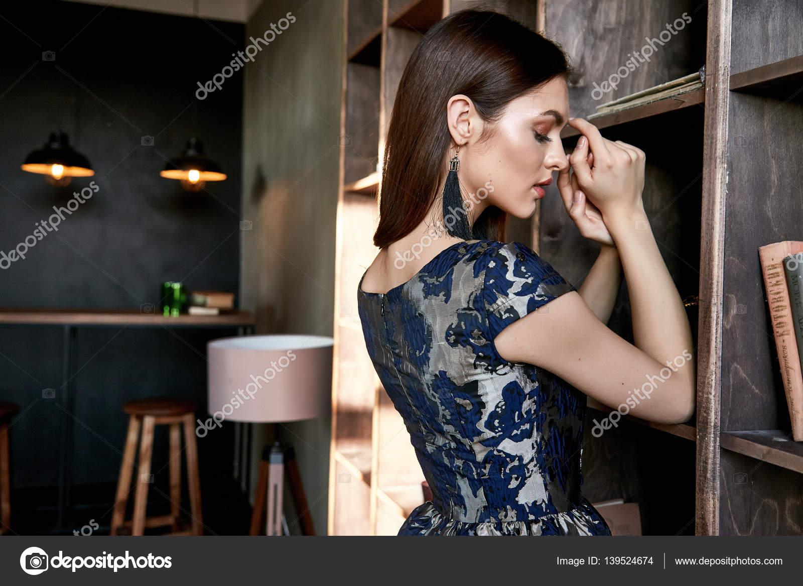 c9fdd6b2ca7c Abiti donna perfetta signora chic vogue brunetta capelli moda modello  glamour posa usura Abito in seta stile festino informale biblioteca bella  trucco ...