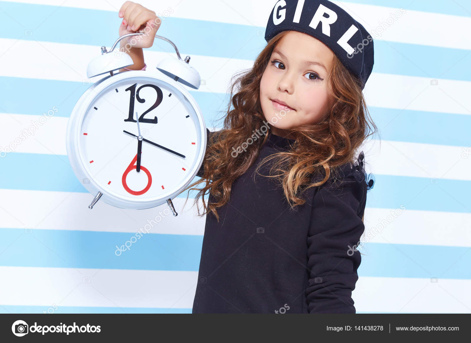 Schöne süße hübsche kleine Mädchen Baby blondes lockiges Haar Spaß ...