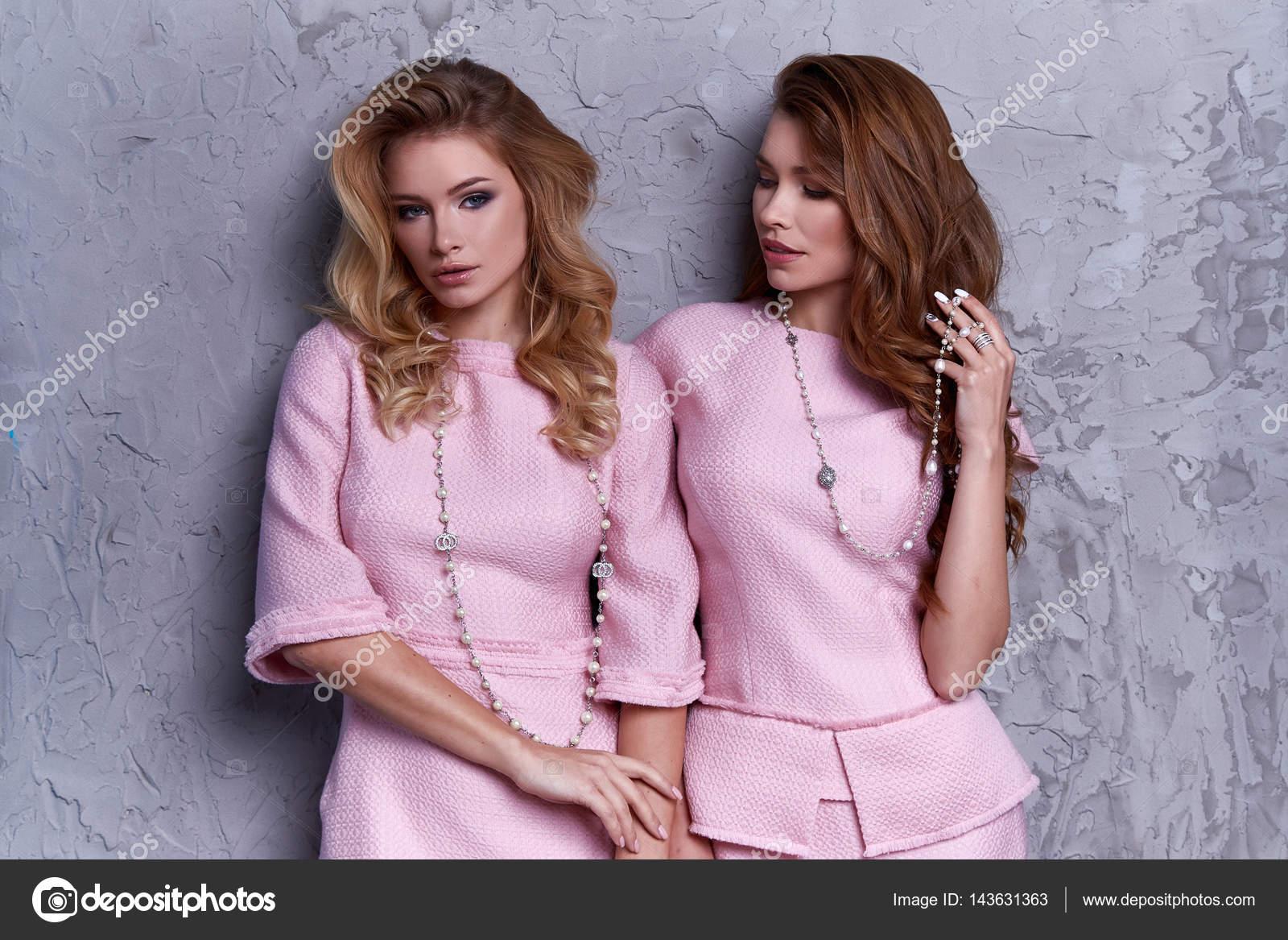 Portrait de deux femmes portent affaires style des vêtements pour
