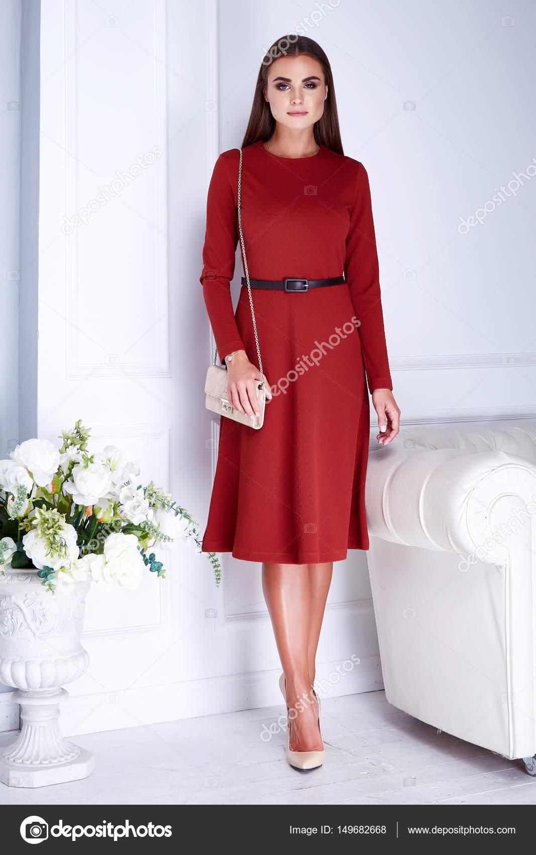5dde0a6efb77 Vacker sexig brunett kvinna slitage elegant mode sidenklänning ho —  Stockfoto
