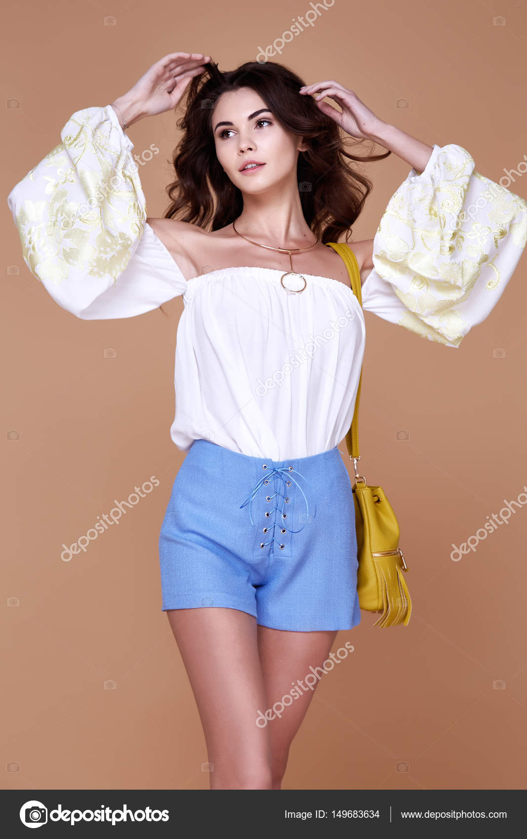 b7b1d405a533 Σέξι μελαχρινή γυναίκα φορούν κοντό μπλε βαμβακερό σύντομη και μετάξι  καλοκαίρι συλλογή μπλούζα τέλειο σώμα σχήμα δίαιτα δέρμα μαυρίσματος  κρατήστε αξεσουάρ ...