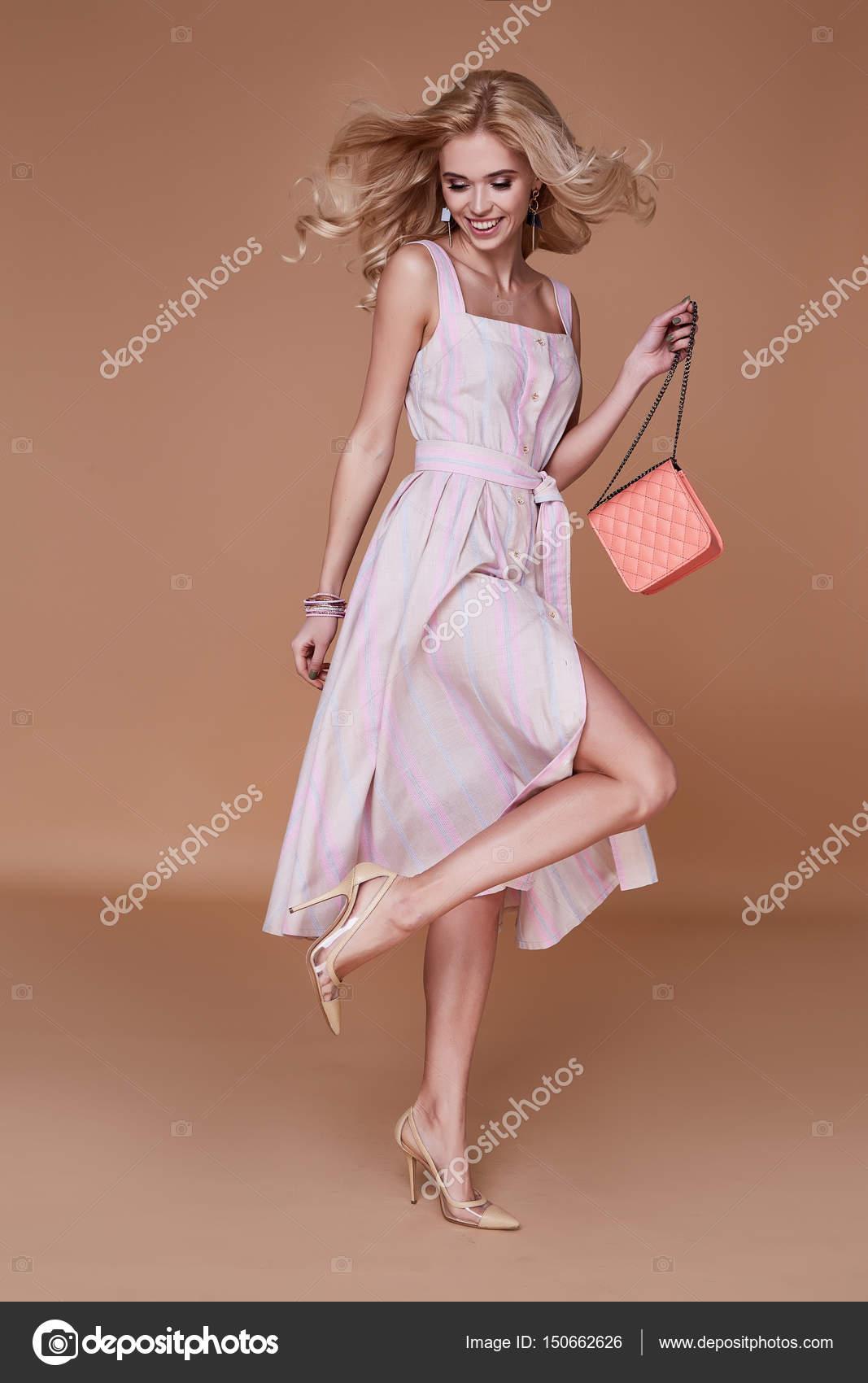 Beauty Woman Modell tragen stilvolles Design Trend Kleidung ...