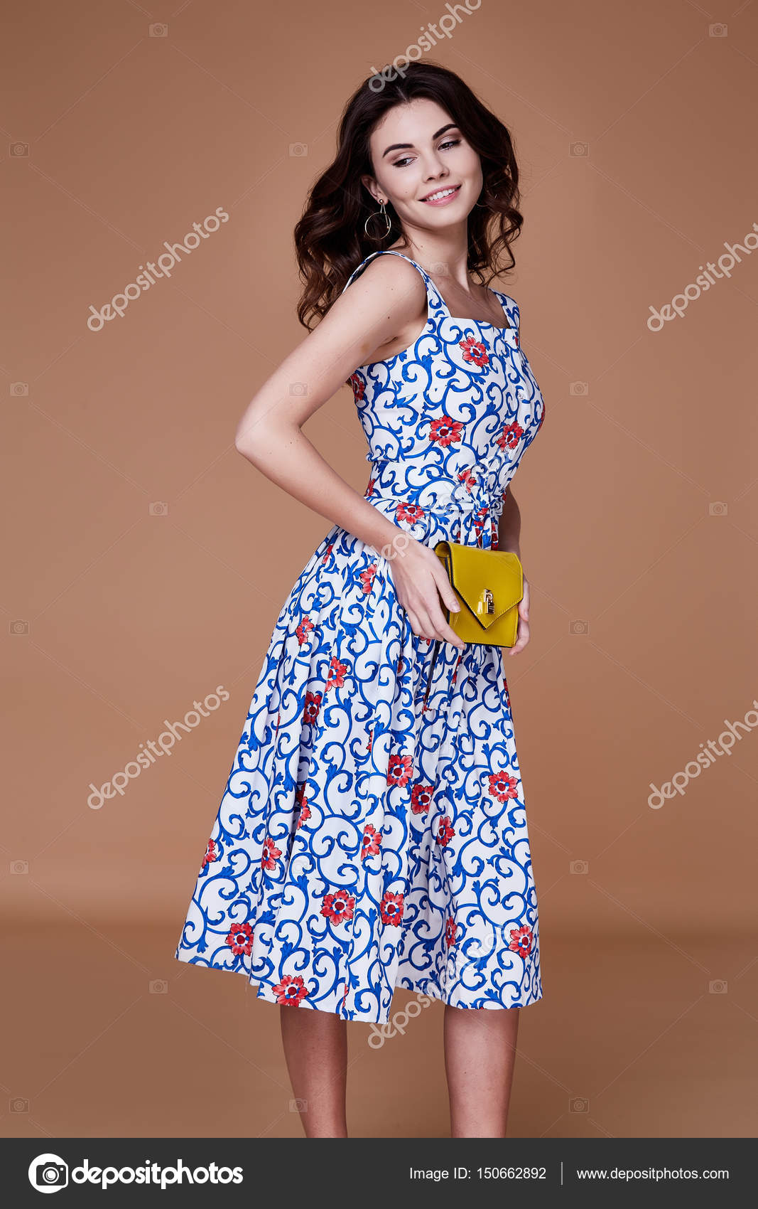 Beauty Woman Modell tragen stilvolles Design Trend Kleidung blau ...