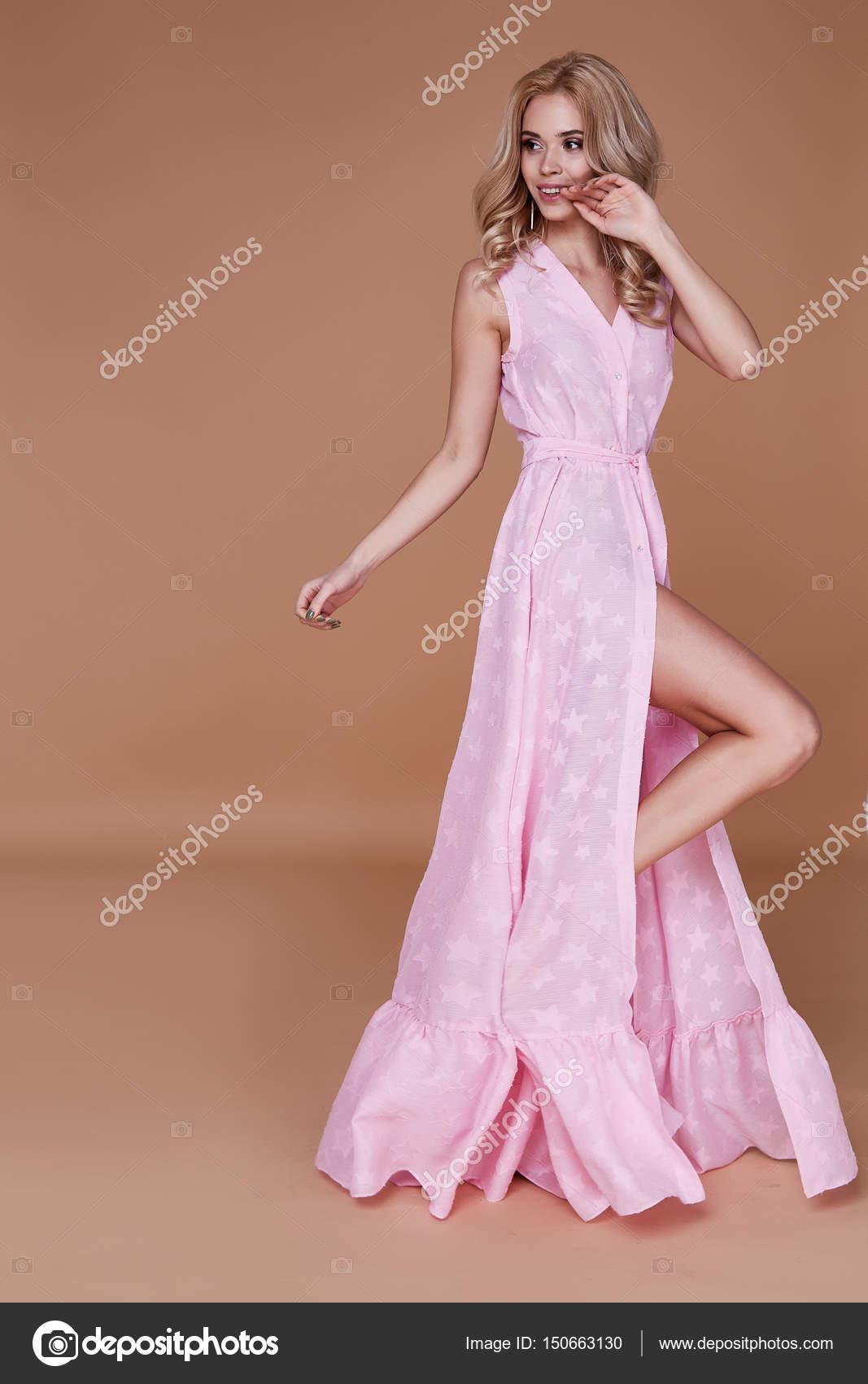 Belleza sexy mujer cara bonita piel tan rosa bebé seda vestido del ...