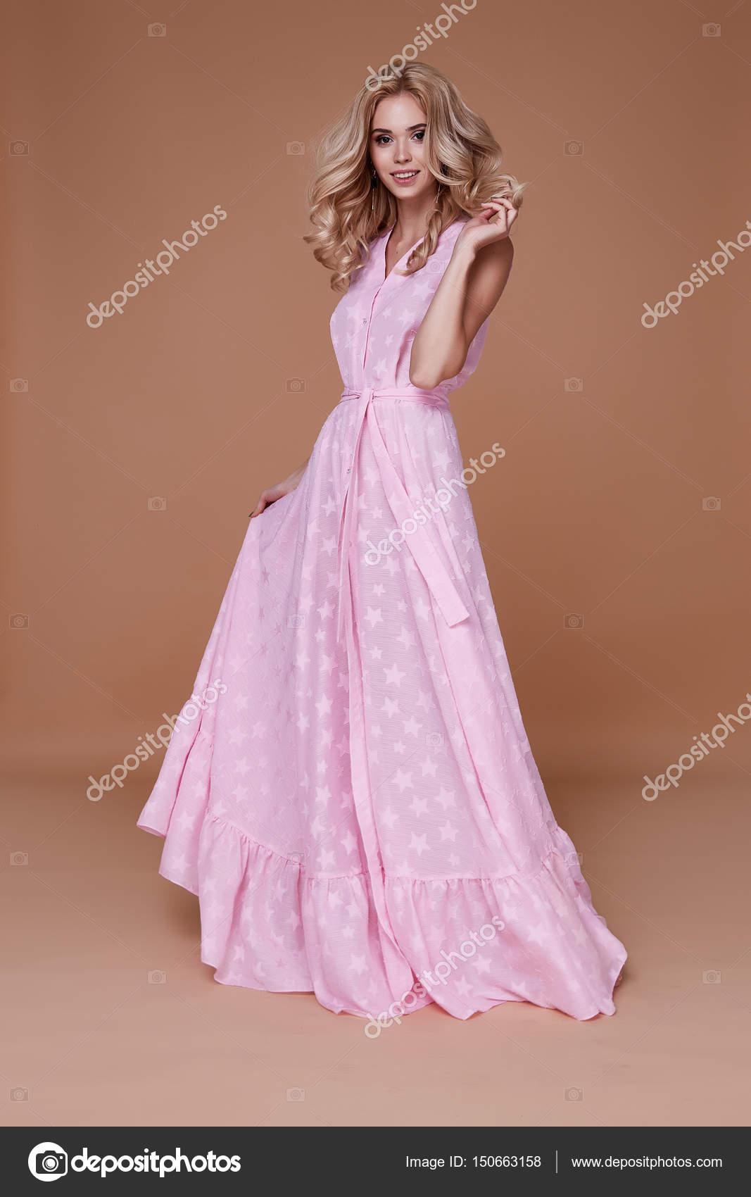 49fbe62a491b Sexig skönhet kvinna vackra ansikte tan huden slitage baby rosa  sidenklänning — Stockfoto