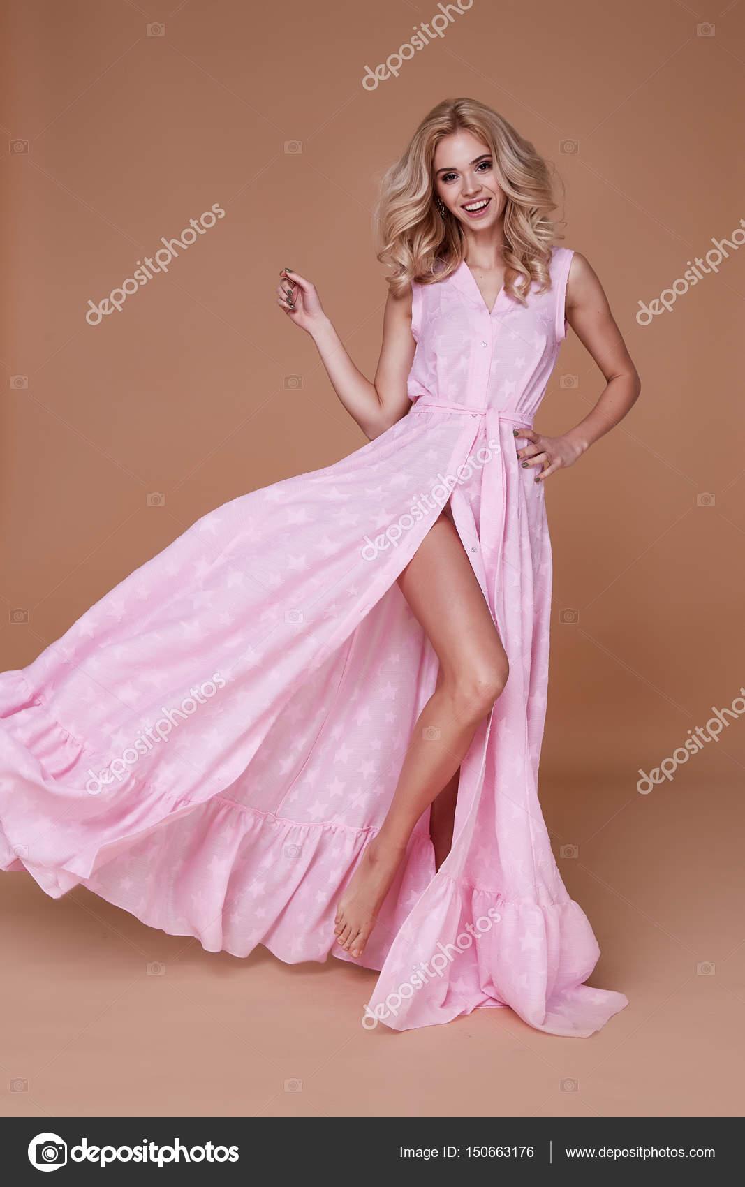 2ededcb9d6 A szexi szépség nő szép arc tan bőr baby rózsaszín selyem ruha hosszú  vékony test alakja smink kozmetikai nyári gyűjtemény stúdió katalógus szőke  göndör ...
