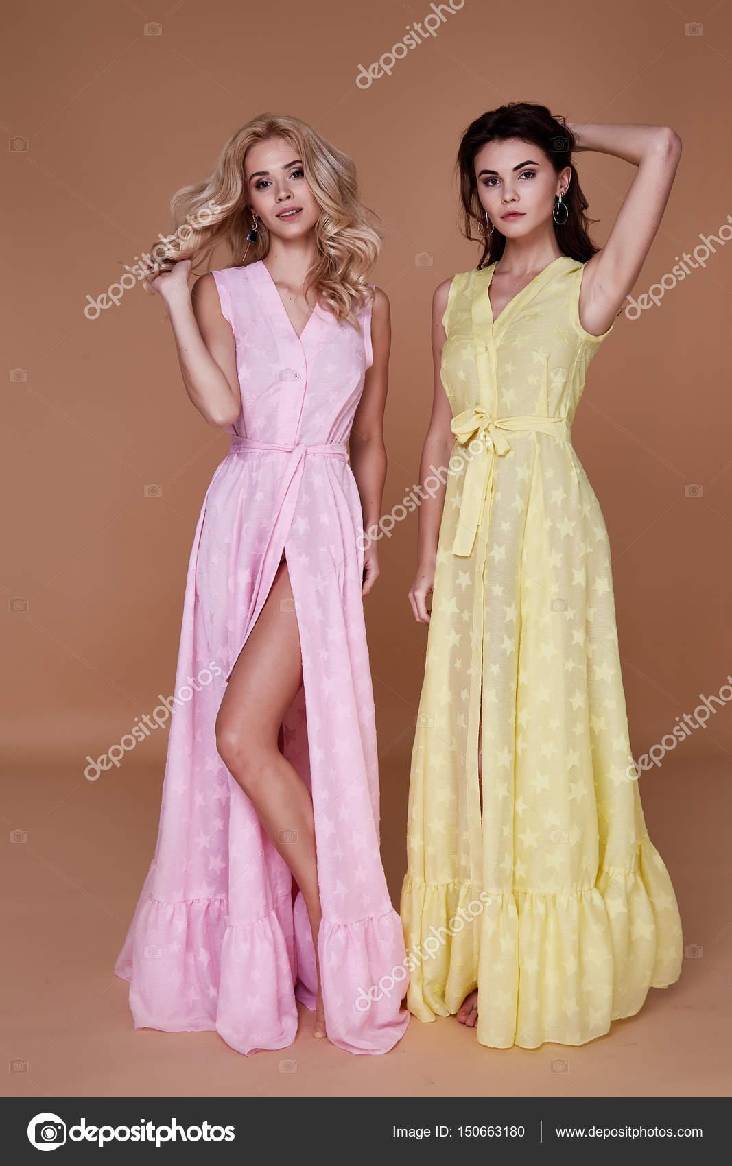 Dos hermosos vestido de mujer bonita sexy desgaste ropa larga — Foto ...