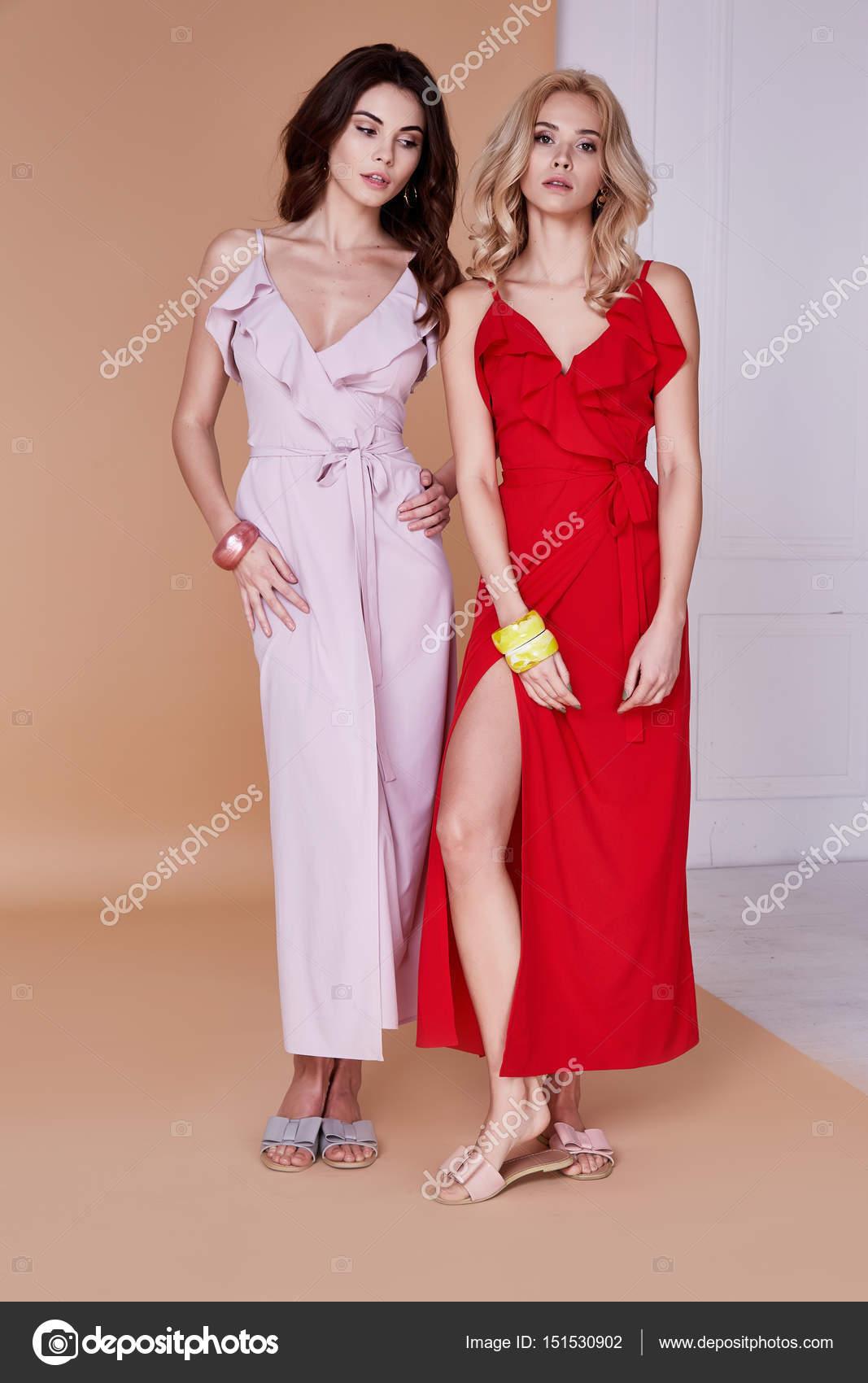 Dos mujeres sexy belleza cara bonita piel ropa Vestido de seda largo ...