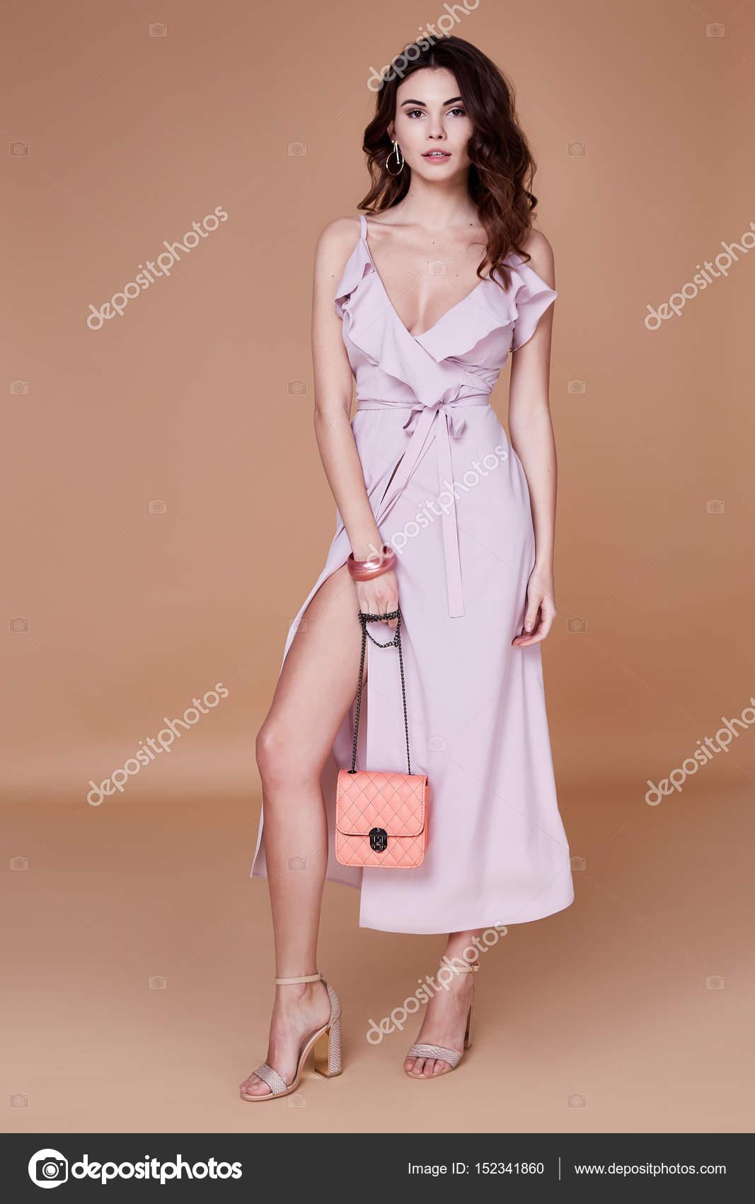 64b7b3c28649 Η γυναίκα σέξι ομορφιά αντιμετωπίζουν αρκετά tan δέρμα φορούν ροζ μεταξωτό  φόρεμα μακρύ κοκαλιάρικο σώμα σχήμα μακιγιάζ καλλυντικά καλοκαίρι συλλογή  studio ...