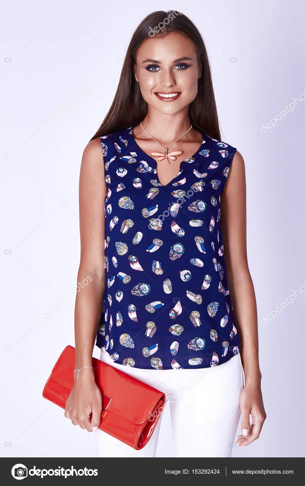 Retrato de mujer hermosa ropa sexy de moda ropa de algodón de seda blusa  top jeans blanco colorido estilo casual a pie oficina fecha partido mano  accesorio ... 5b84fbb594b