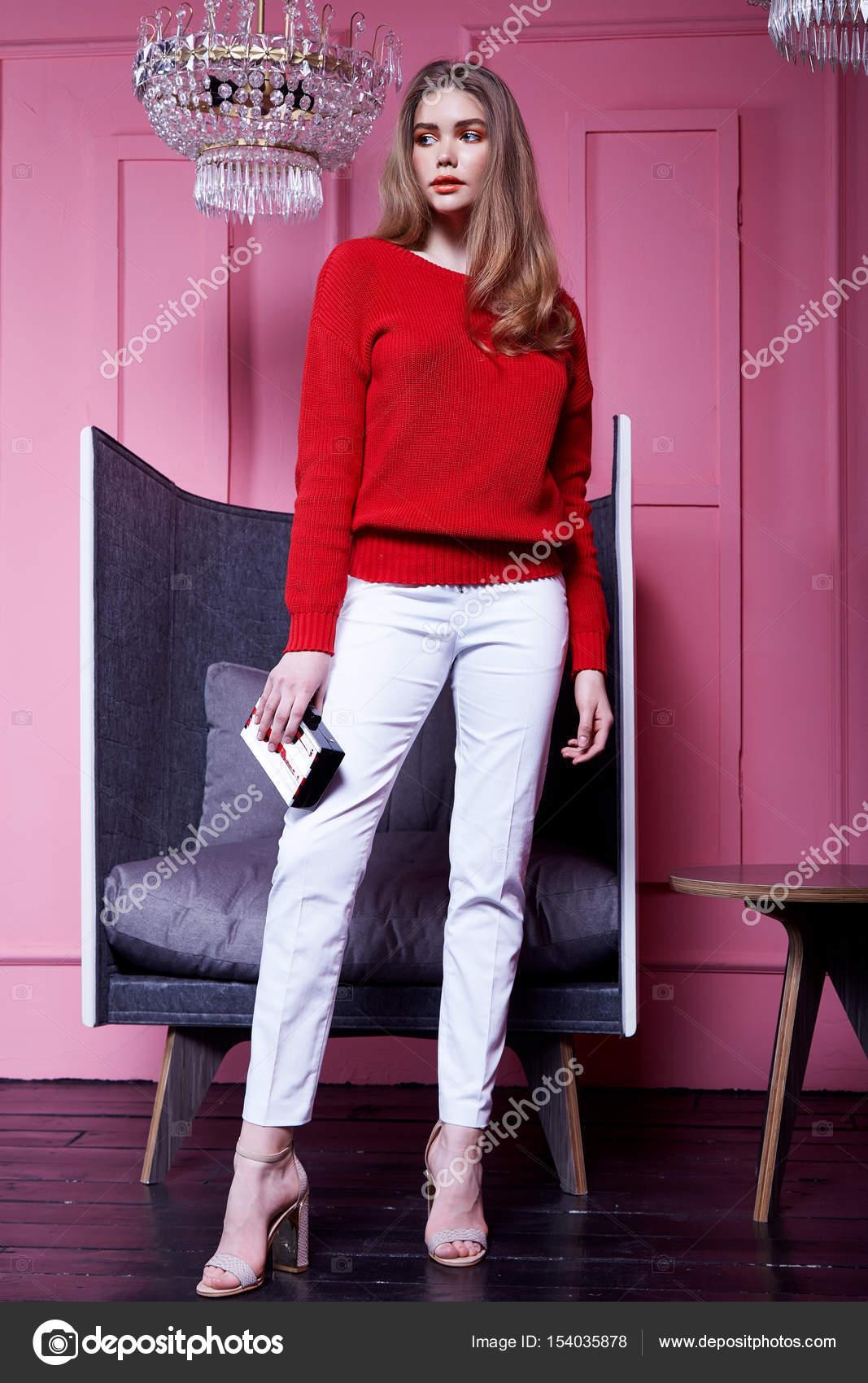 90bb1aa4d8 Interior design rózsaszín fal kristály csillár divat modell nő hord  öltözött stílusú alkalmi ruha piros pulóver fehér nadrág tavaszi kollekció  tartozék ...