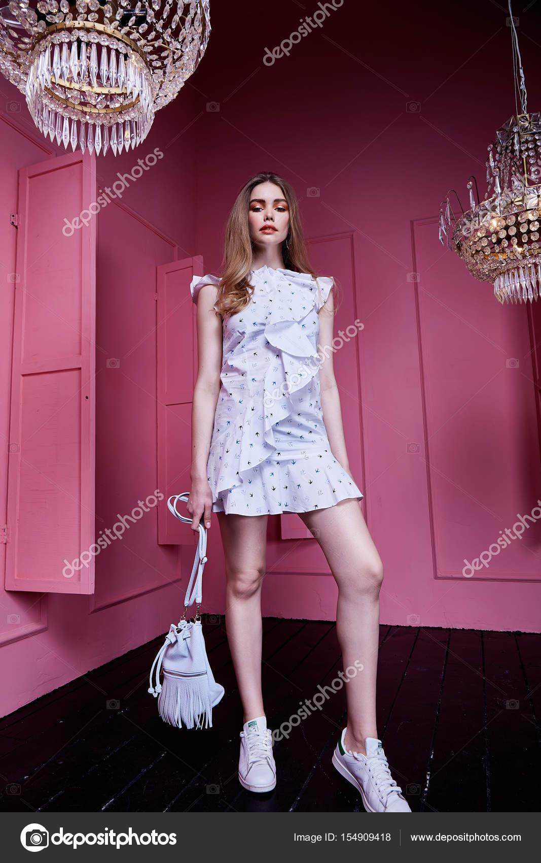 Hermosa mujer muy sexy pelo largo Rubio ropa estilo casual cl — Foto ...