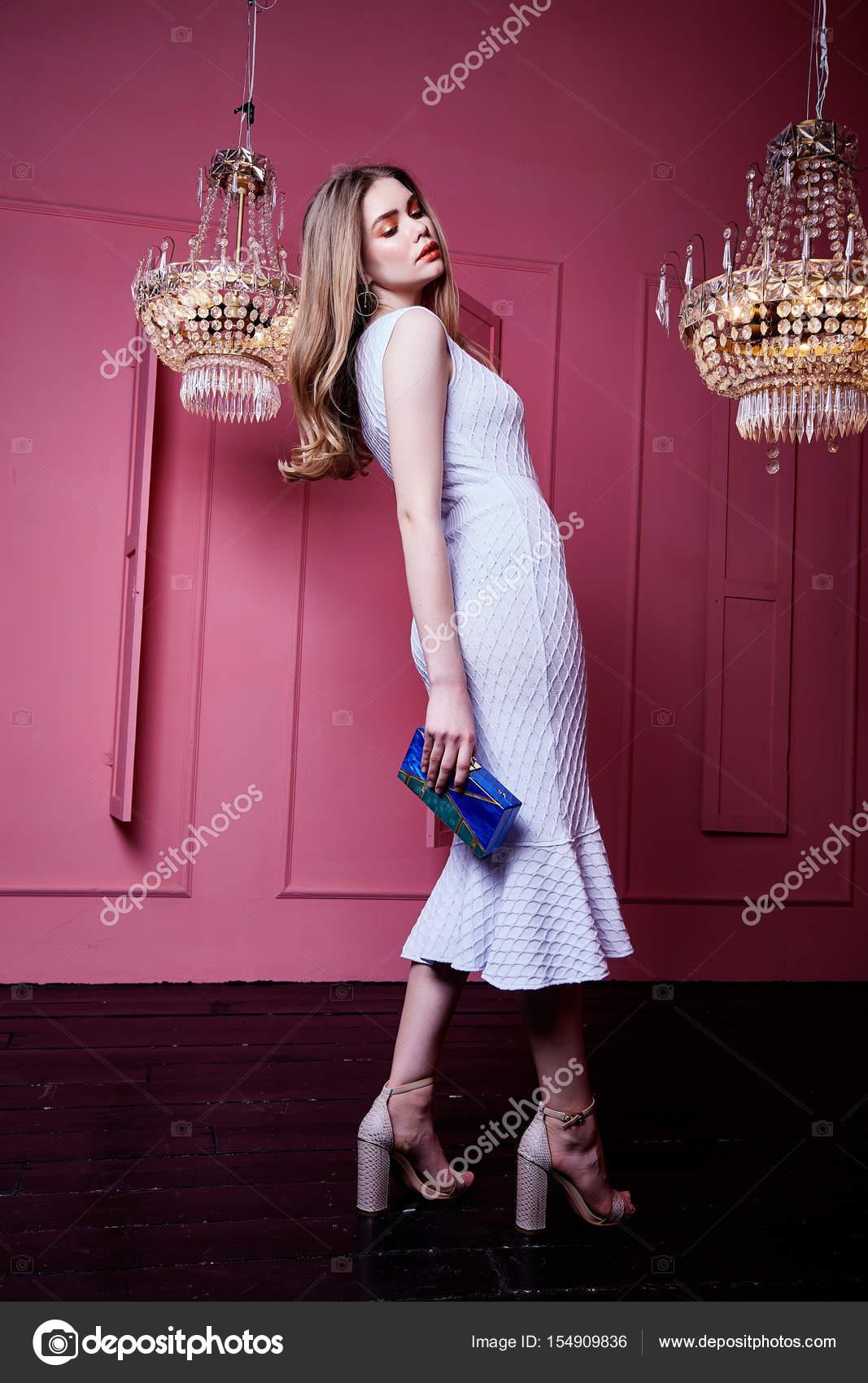 Sexy bonita belleza mujer cabello largo Rubio desgaste vestido lila ...