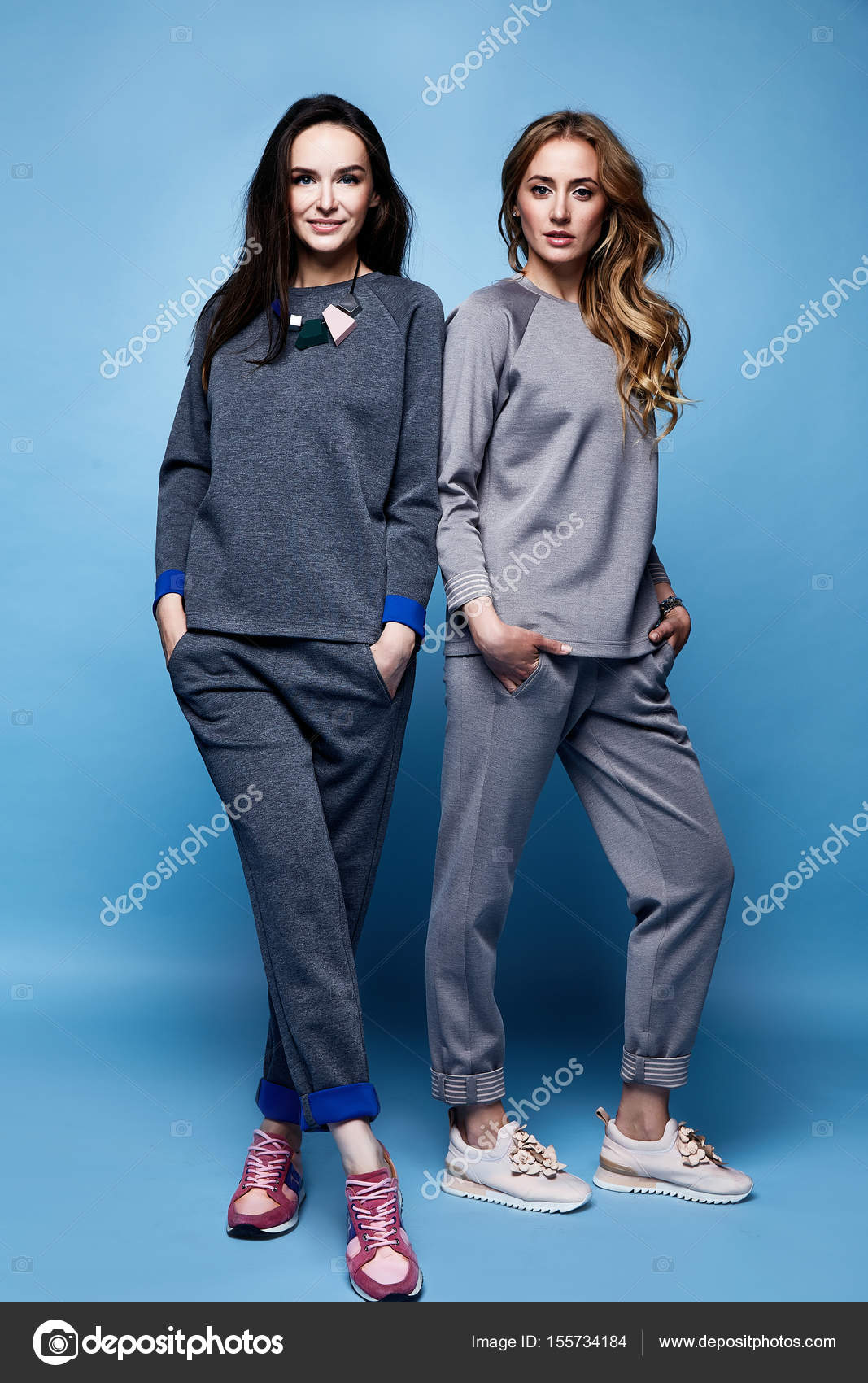 cd9ddddcd4ca Δύο όμορφη γυναίκα σέξι ρούχα casual κοστούμι πουκάμισο και παντελόνι tre–  εικόνα αρχείου