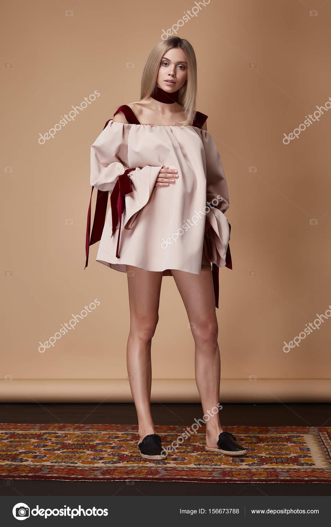 Όμορφο κομψό έγκυος γυναίκα φθορά ξανθά μαλλιά στυλ μόδας d — Φωτογραφία  Αρχείου 3650890959f