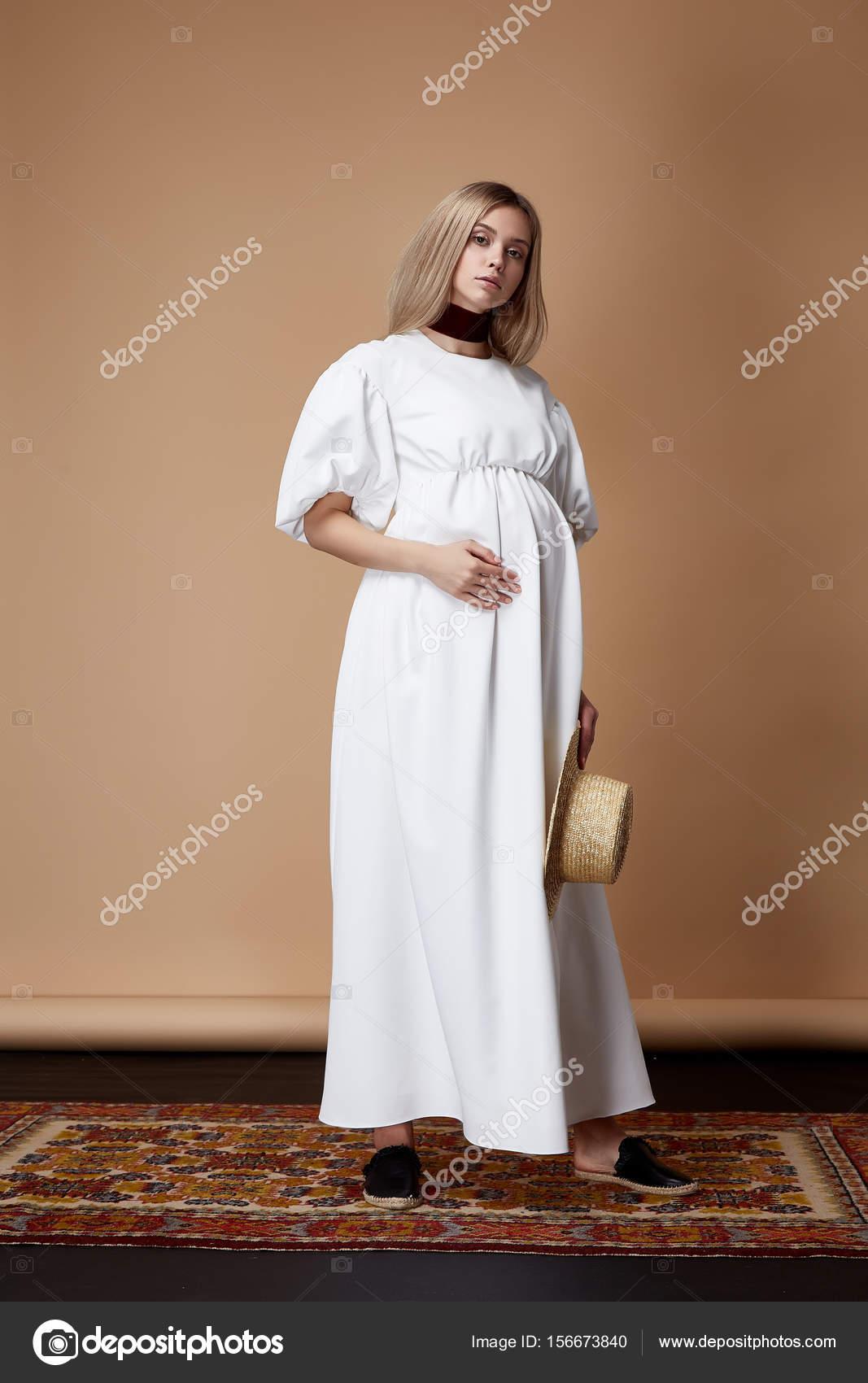 18bc8f5e9f46e4d Красивые элегантные беременная женщина белокурые волосы носить стиль мода  длинные белые платье для матери держать в руке животик ждать довольно леди  Одежда ...