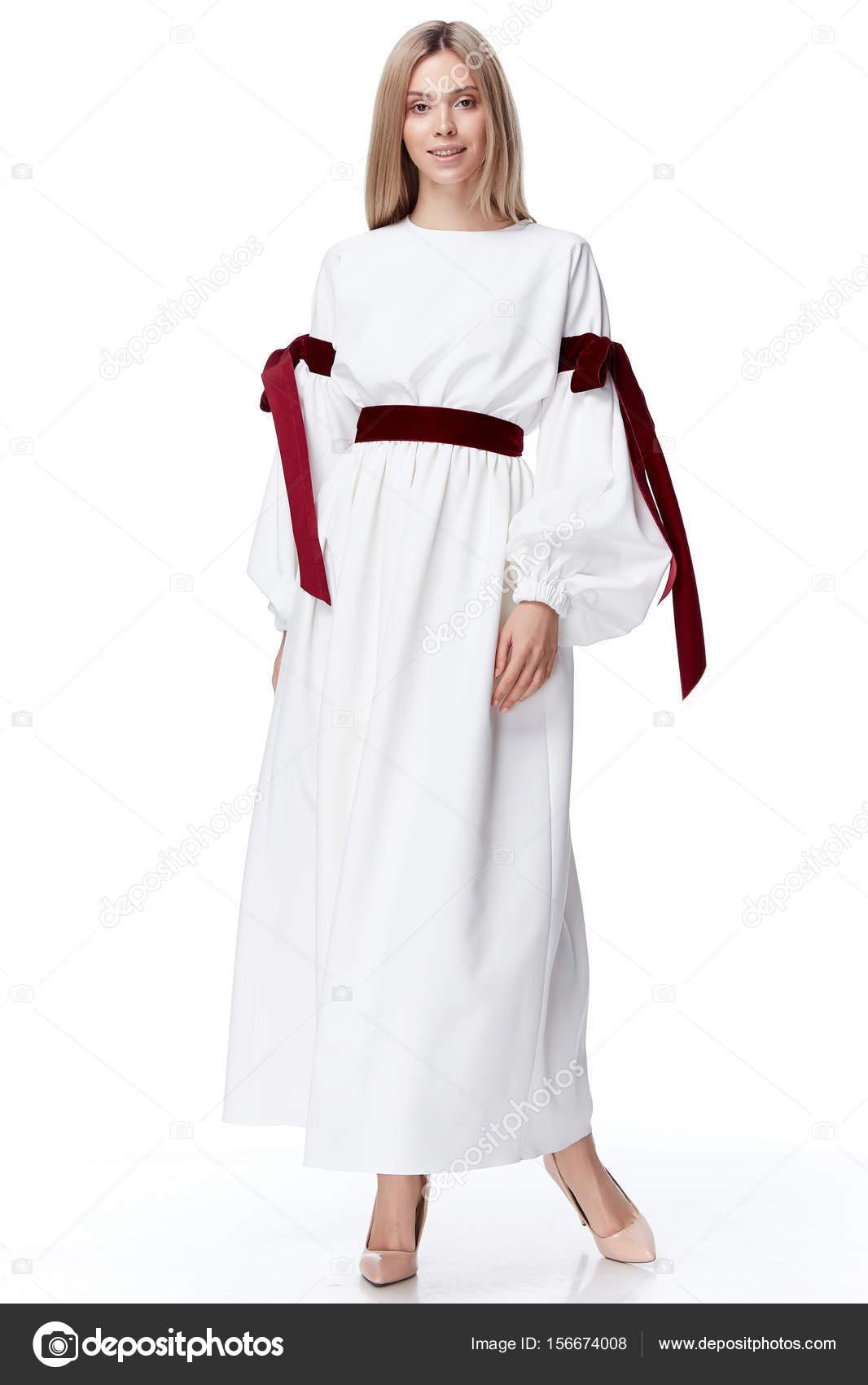 0cc89683588d Bella sexy carino modello bionda capelli donna moda indossare stile per  partito vestiti vestito di seta naturale organico strisce prua sfondo bianco  trucco ...