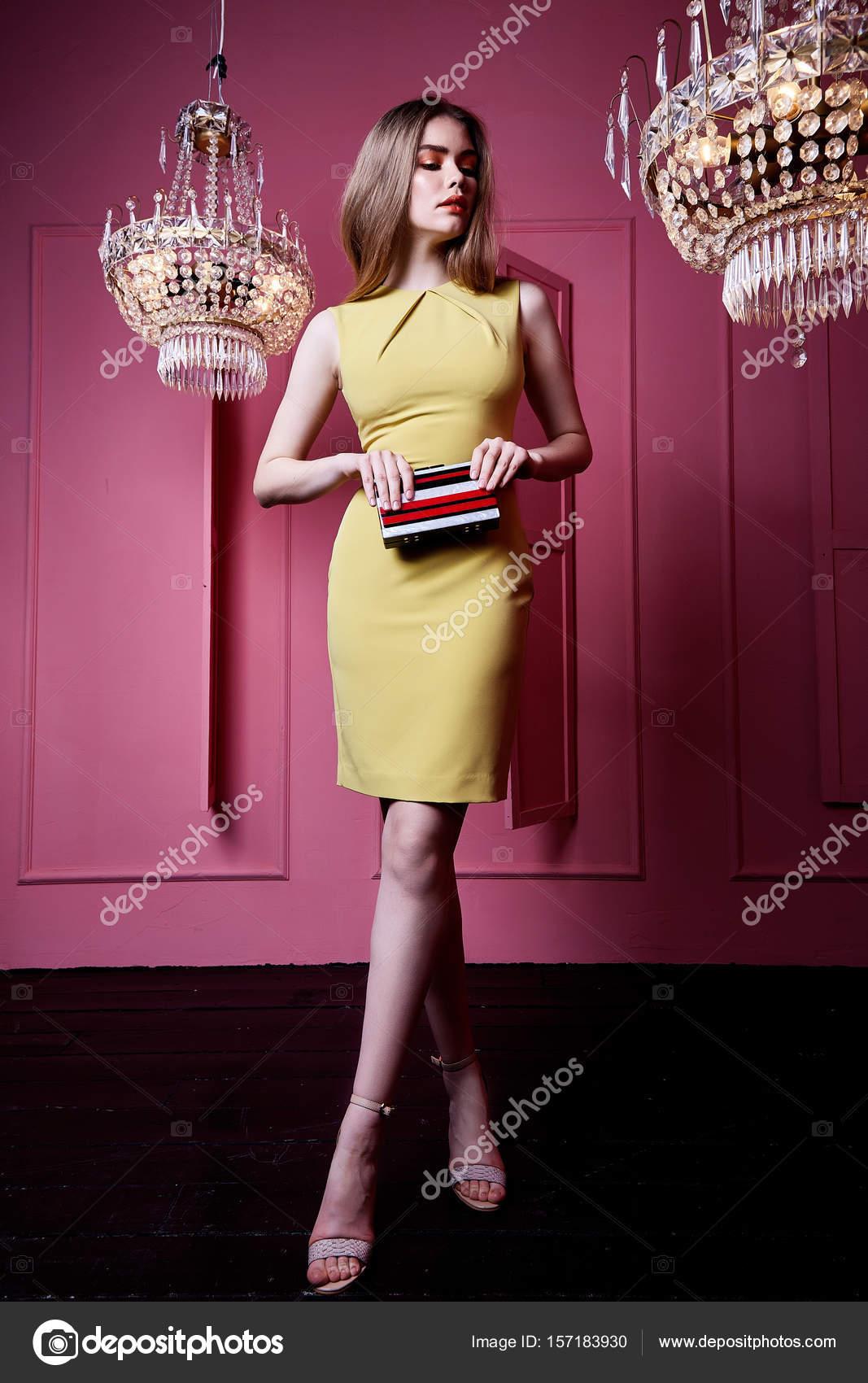 Schöne sexy hübsche Frau tragen gelbe Farbe Kleid lässigen style ...