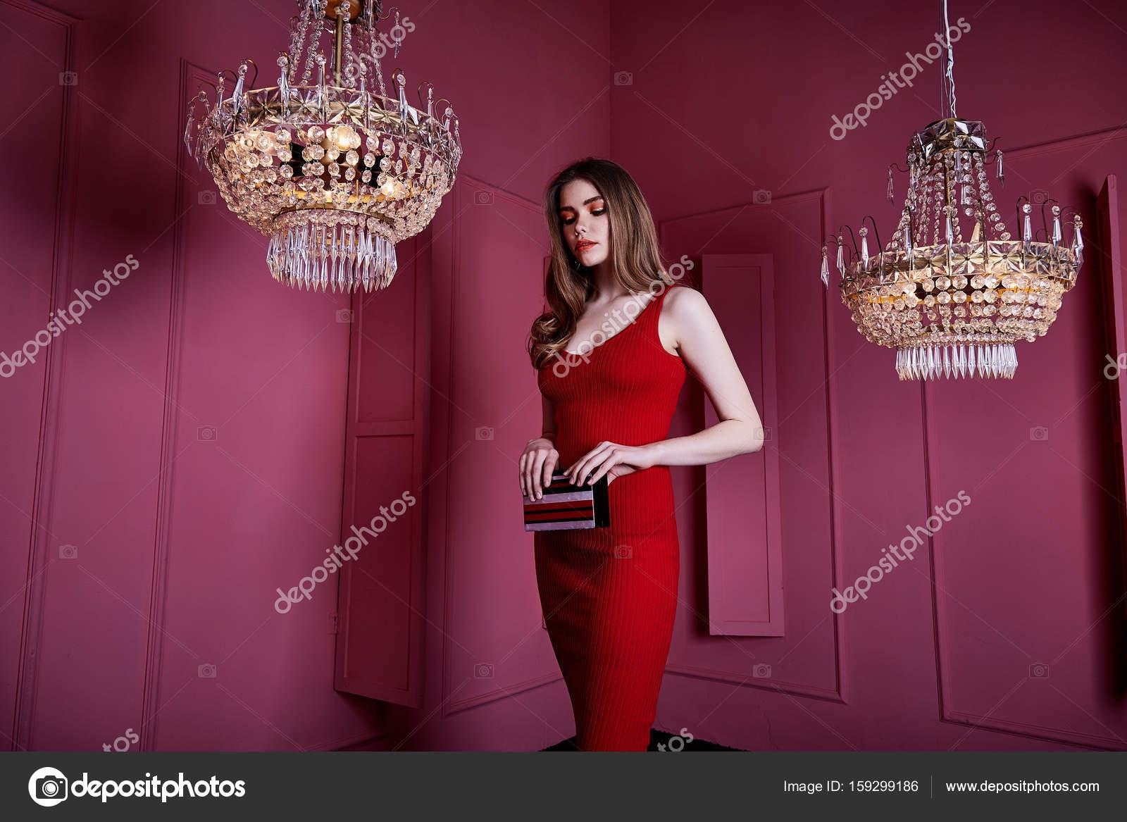 Sexy krása žena nosit skinny res šaty styl oblečení na párty celebrit  dlouhé blond vlasy tvoří módní model pozice příslušenství rukou vak design  interiéru ... b5be2dd4733