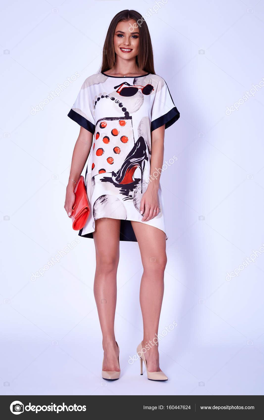 Schönheit Frau Modell tragen stilvolles Design Trend Kleidung Kleid ...