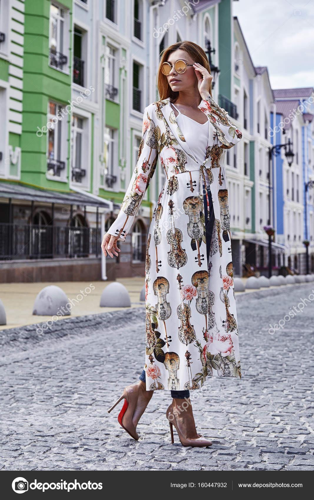 Nő séta az utcán város stílus divat alkalmi elegáns magas — Stock ... 8cb63ea77b