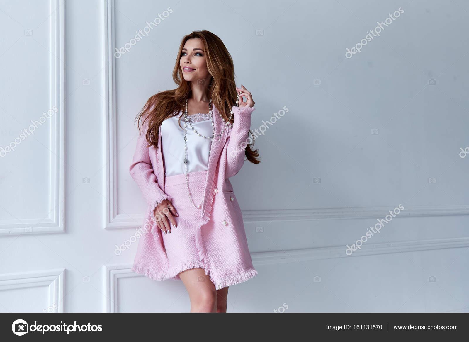 c980d22489 Szépség nő modell kopás stílusos trend ruha selyem rózsaszín kabát ruha  szoknya alkalmi formális office séta fél hosszú szőke haj smink fél  üzletasszony ...
