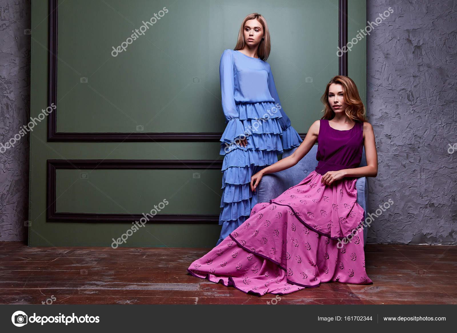 ea2ed80f12f6 Δύο όμορφες σέξι ξανθιά yang γυναίκα κυρία αρκετά φορούν μακρύ φόρεμα κόμμα  αρτιότερες ημερομηνία σύσκεψης διασημότητα Μόδα στυλ σχεδιαστής εμφάνιση ...