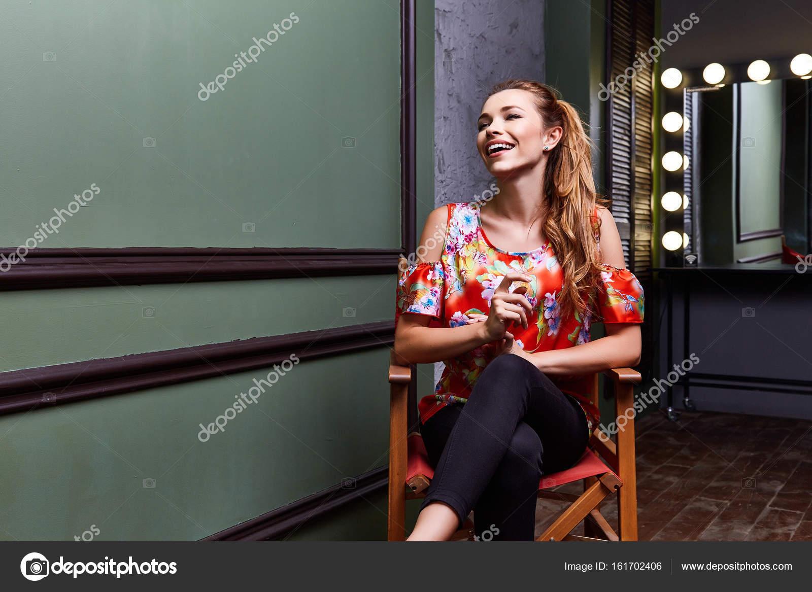 Schauspielerin in sexy Bluse