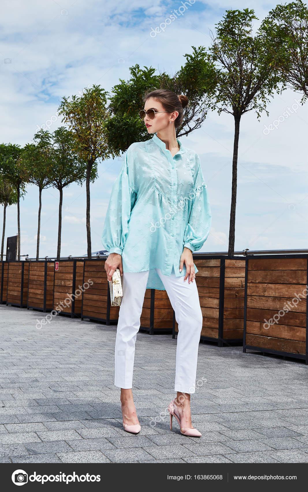 71ffdef511770e6 ... настроение износ синяя блуза белая джинсы случайные коллекция лето  одежда улицы вид ходьбы Дата романтический город идеальным красивое лицо  аксессуаров ...