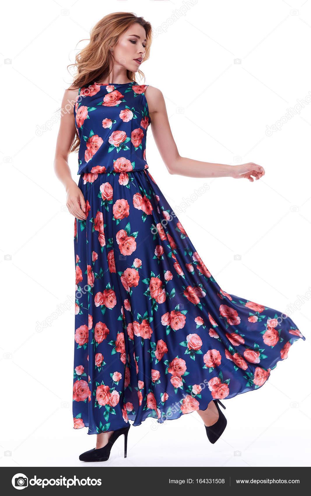 328b12395e377 Señora muy sexy moda modelo pelo rubio desgaste vestido seda orgánica  catálogo de estilo casual ropa para a pie reunión blanco fondo colección de  verano de ...