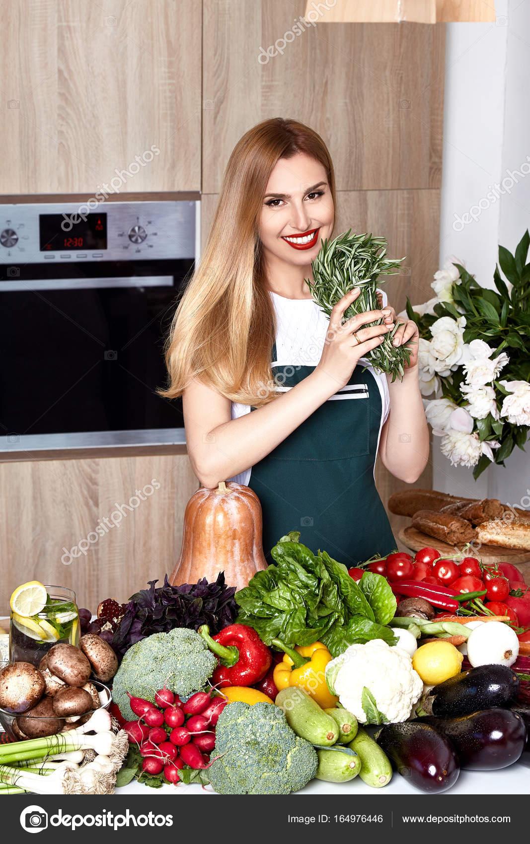 Schöne Frau Hausfrau Koch bereitet die Küche Culitaryl, delicio ...